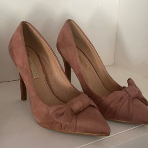 Pale pink pumps with a bow